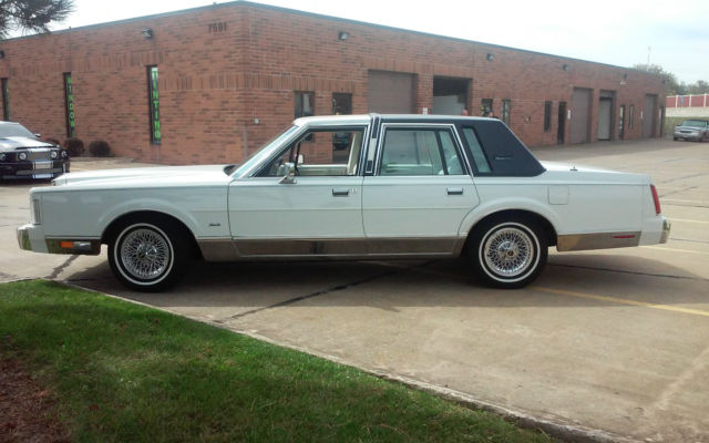1988 lincoln town car signature sedan 4 door 5 0l very low miles for sale in mentor ohio. Black Bedroom Furniture Sets. Home Design Ideas